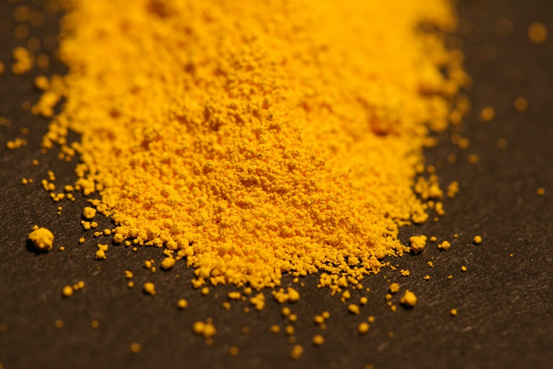 画像はカドミウムの粉末で色は鮮やかなイエローです。顔料から太陽電池まで広く使われています。ゴッホの作品「ひまわり」やムンクの「叫び」には、このカドミウムイエローが使われています。ただし当時に彼らが描いた色からすると、カドミウムイエローは紫外線などによる劣化が生じるため、変色が進んでいることが指摘されています。