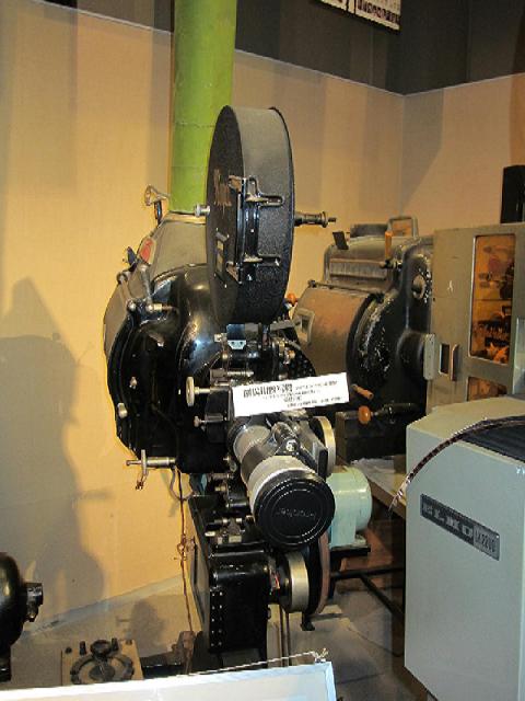炭素(C)-かつて銀幕を照らした映写機の光源